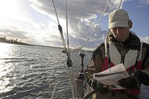Kapten Johan Rockström studerar sjökortet.Foto: Andreas Strömberg