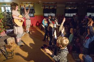 I ett fullsatt föreningshus i Bredbyn, Offerdal, fick de 125 inlösta njuta av både sång och teater.