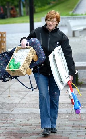 Bärande. Tanja Balke hade fullt upp när hon skulle ta alla sina saker hon hade till försäljning till loppisbordet.