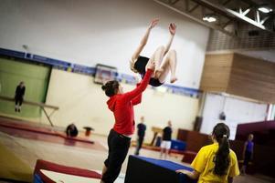 14 utbildade tränare med licens har funnits på gymnastiklägret. Här finns en av dem till hands vid en bakåtvolt.