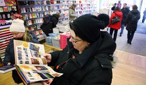 Jenny Grund tittade grundligt i bokreakatalogen. Hon hade hittat en bok av Herman Lindqvist som hon köpte