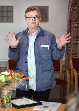 Belönad. Christopher Holmström fick av Billy Bergåker, vd för Almi Företagspartner Mälardalen, ta emot årets läns- och Skapa-pris. Foto: Rune Jensen
