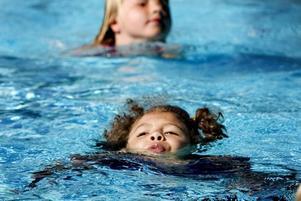 SIMKUNNIG. Angelina Barzey, sju år har lärt sig simma i sommar och kämpade på för att visa mamma och pappa att hon minsann kunde simma hela längden.