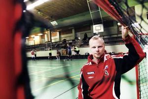 TILLBAKA SOM LEDARE. 30-åriga Björn Zättlin i Gävle var en lovande innebandyspelare när han för två år sedan fick en stroke. Vägen tillbaka har varit lång. Björn kan inte spela med sina gamla  lagkamrater i Runsten men han är med på planen som andretränare och lagledare.