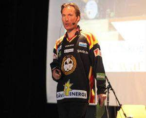 Konferencieren Patrik Byström var kvällen till ära väldigt finklädd