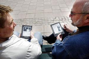 ST:s Fredrik Welander och Svenåke Boström med e-papperet, som kommer att testas i skarpt läge av en handfull ST-läsare i juni. E-papperet uppdateras via internet, som finns trådlöst på allt fler kaféer, restauranger och resecentrum.
