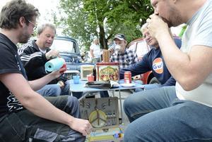 Tid för en fika. Det finns det förstås. Robin Karlsson, Sten Forsberg, Robin Bergström, Gunnar Hjalmarsson och Henrik Forsberg heter herrarna.