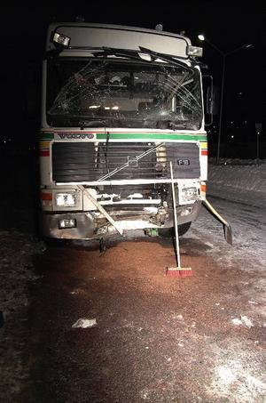 Lastbilens förare uppgav att han omöjligt kunde stanna på grund av halkan.Ungdomarna fick sätta sig i en ersättningsbuss och vänta på polisen, som skulle ta deras uppgifter.