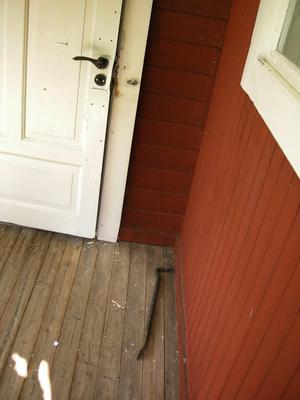 Inbrott i en av fastigheterna vid Salån. Dörren är uppbruten och utanför har en kofot lämnats.