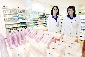 Karin Andersson, farmaceuft och Eha Normi, apotekstekniker, är båda glada över att få vara med och öppna en ny butik. – Hade man inte beslutat om att öppna här hade jag varit arbetslös nu säger Eha Normi.