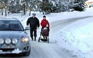 Vägen är för smal för bussar och långtradare, säger Daniela Fastén med dottern Vanessa i vagnen och sin svärfar Hans-Owe Fastén. FOTO: CURT KVICKER