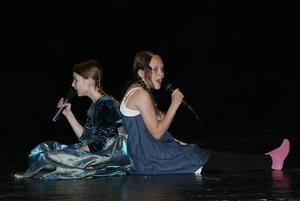 Ona Slionskyte och Victoria Hedström sjunger