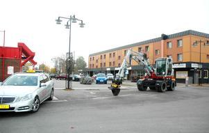 STÖKIGT. Trafiksituationen i korsningen Centralgatan - Ågatan brukar ofta vara stökig. Bilar som parkerar för nära korsningen är en orsak.
