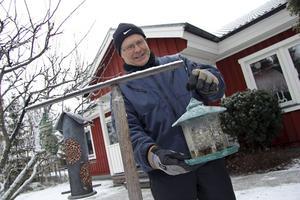 Bo Johansson, Tunabygdens fågelklubb, vid fågelmatningen i Mossbodarna. Hit välkomnas intresserade på lördag den 28 januari.