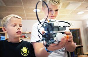 Roboten står i centrum för Eddie och Juhani på Resele skola.