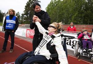 Emelie Wahlström från Tallboskolan gjorde bra ifrån sig i hörnboll och gratulerades av läraren Monika Lundgren.