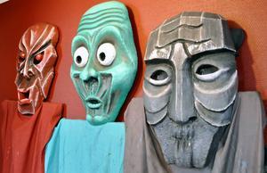 Minnen av tidigare uppsättningar tar emot besökare i den nymålade foajén.