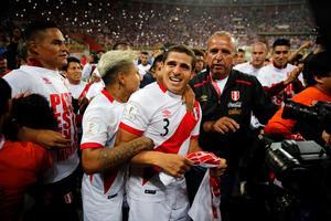 Aldo Corzo (mitten) och hans Peru är klart för VM. Foto: Rodrigo Abd (TT).
