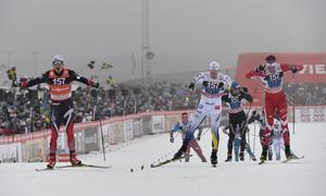 Norge med Finn Hågen Krogh vinner stafetten före Sveriges Calle Halfvarsson och Kanadas Len Valias.
