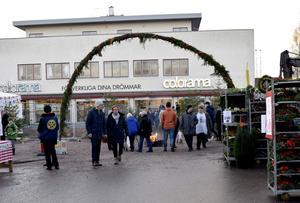 En granportal band samman årets julmarknad i Leksand som splittrades något av grävarbetena i centrum.