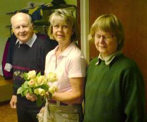 Melemmarna i PRO Bodsjö fick en bra lektion i att binda blombuketter av trädgårdsmästaren Catarina Lindström (mitten). Ragnar Bengtsson och Birgit Nilsson lyssnade och lärde.