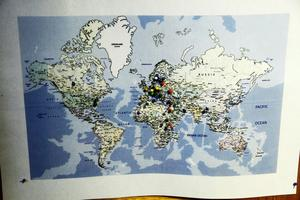 Besökare från hela världen sätter sina nålar på en karta i gruvans entré.