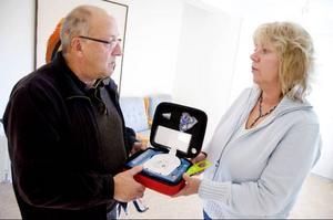 Jan Jonsson och Carina Rodhe inspekterar hjärtstartaren, eller defibrillatorn som är den korrekta benämningen.