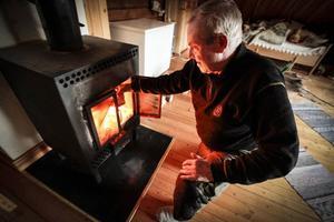 På övervåningen kan Harry Kristensson elda i kaminen så att de slipper frysa.