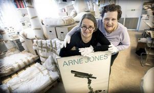 Konstpedagog Maria Sundström och föremålsantikvarie Katarzyna Forsberg gläds åt donationen.