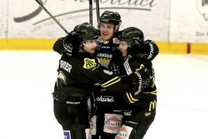 Aik Hockey Härnösand måljublar. Från vänster Christoffer Rikner, Mattias Arnmark och Arvid Strömberg.