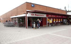 Ut på torget. Butikerna vid Bäckby torg kör ut unga som hänger vid ingångarna under sen eftermiddag. Foto: Per G Norén