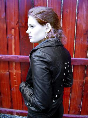Favoritjackan. Den svarta skinnjackan med i nätt skärning med originella detaljer på ryggen är Lineapellepristagaren Evelina Nykvists favoritplagg som åker på i alla väder och som hon inte kan vara utan.