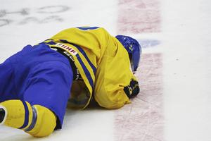 William Nylander tvingades lämna VM-premiären med befarad hjärnskakning efter en brutal tackling.