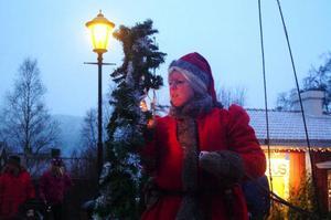 Tomtemor som bjuder barnen på tur runt byn med häst och släde skapar julstämning i Åre.