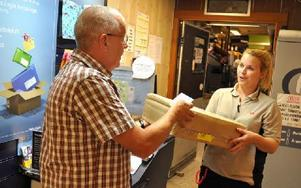 Säterbon Sören Karlborg fick åka till ICA Nära Skedvihallen för att hämta ut ett paket. Alexandra Söderlund, som lämnade ut paketet, förklarade varför. Foto: Pär Sönnert