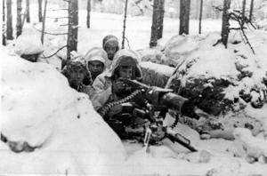 """Vinterkriget. Finska soldater under vinterkriget. Sovjetunionen lät utropa en finsk lydrepublik, """"Demokratiska republiken Finland"""". En taktik som även Putin använder sig av år 2014. Arkivfoto: TT"""