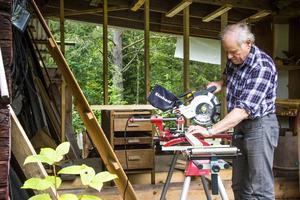 När regnet strilar ned ställer sig Åke Palm i sin verkstad. Han har alltid något att bygga eller renovera.