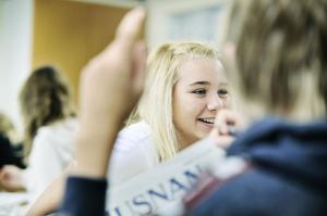 Oline Gantemar diskuterar dagens tidning, någon som hon och hennes klasskompisar på Kilberg kommer att göra hela veckan.