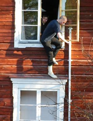 Att lära sig hur man säkert tar sig ut från andra våningen i ett hus vid en fejkad eldsvåda var ett av momenten på lägret.