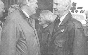 Arne Gadd och Lennart Svensson deltar i Martin Kochsällskapets resa till Stockholm 1994. I mitten Anna Lindh. Foto: Dala-Demokraten/Arkiv