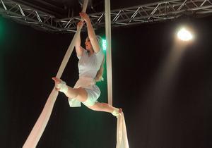 Sara Larsson bjöd som Alice på ett hisnande akrobatnummer som mest fyra meter upp från golvet.