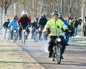Varje flock behöver sin ledare, så även en mopedflock. Björn Westman skötte den uppgiften med den äran.