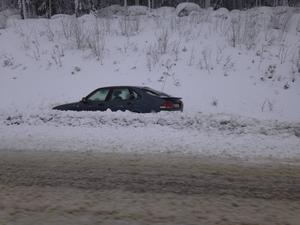 Längs Södra tvärleden blev en bil ståendes i diket.