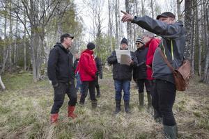 Hudiksvalls kommuns expert Gustav Eriksson pekar och fiskeprojektsansvarige Stefan Sandin lyssnar när mark- och miljödomstolens ledamöter ställer frågor om Ängasjön.