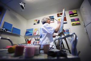 """""""Jag känner mig rik i min ateljé. En dålig dag går jag hit och bara sitter. Jag har lärt mig genom att se hur andra målar och genom att prova mig fram"""", säger Bia Ullenius Hellström."""