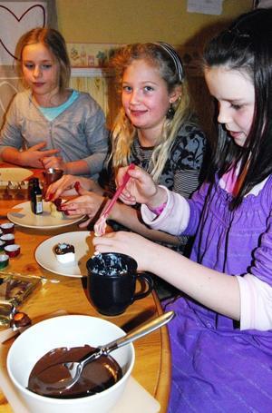 Frida Sörell, Ellinor Tellebo och Lydia Elfström längtar alla till julafton och att få smaka på de egentillverkade chokladpralinerna.