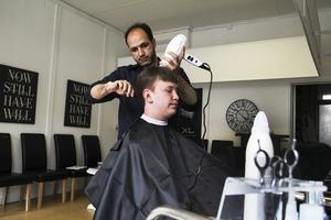 Frisören Ahmed Al Hendawi klipper Jonathan Forsmark.