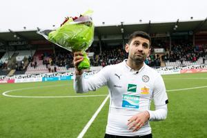 Ilir Berisha med en blomsterkvast efter sista matchen i ÖSK 2014.