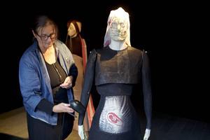 Margareta Danhard med sin installation kring skamplagg.