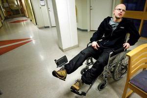 """Läkarna på Sunderbyns sjukhus gjorde inget åt Mattias Lönns trasiga knä. Däremot lagade de ett lårbensbrott som inte fanns.  """"Det kommer att bli rejält dyrt för landstinget i Norrbotten"""", säger han efter misstaget.   Foto: Henrik Flygare"""